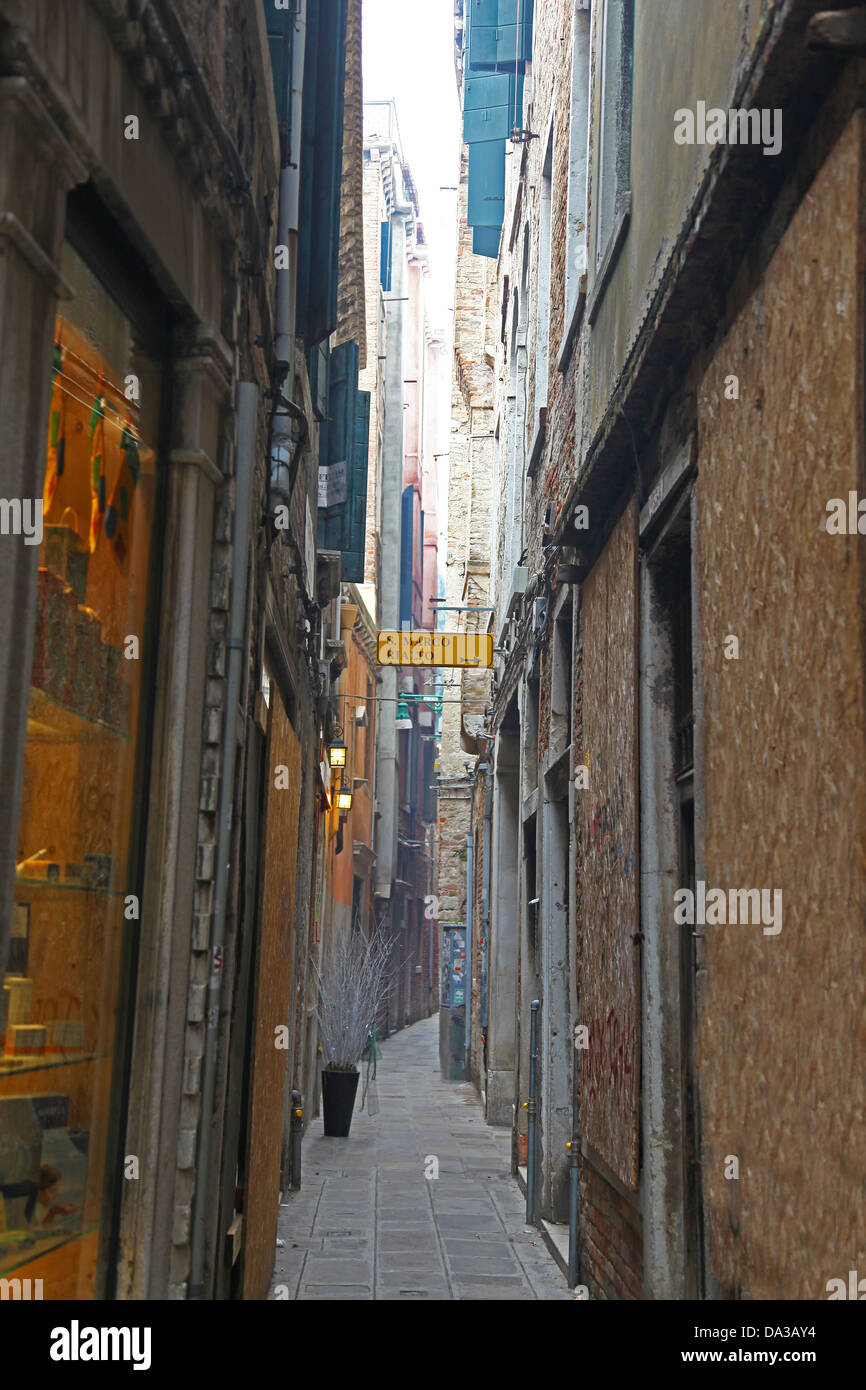 very narrow passageway with a sign saying San Marco and Rialto in Venice Italy - Stock Image