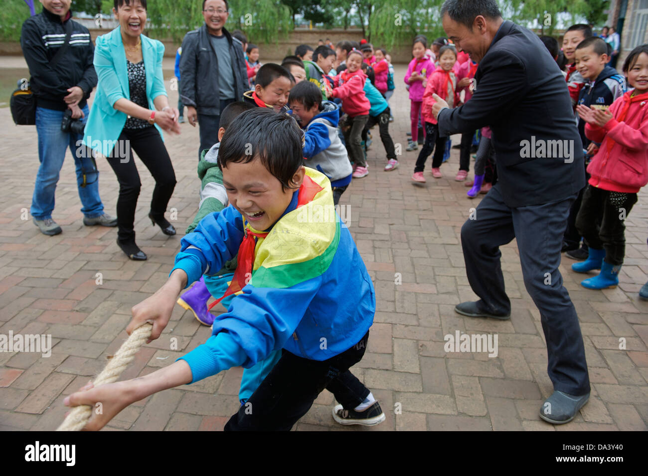 Primary school students take part in a tug-of-war competition in Haiyuan, Ningxia Hui Autonomous Region in China. - Stock Image