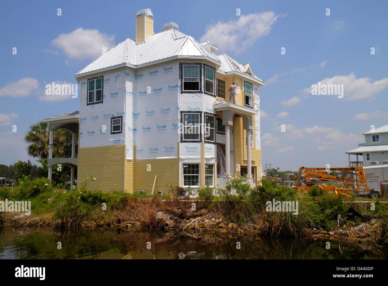 Florida Homosassa Springs Old Homosassa Homosassa River large house under construction renovation siding Tyvek - Stock Image