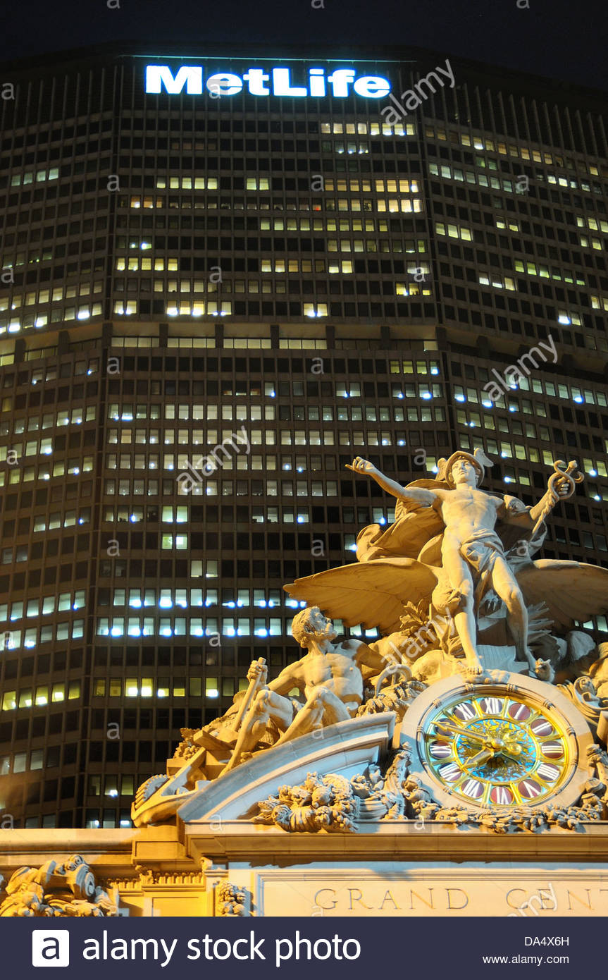 Clock and sculpture in Central Station in front of the MetLife Building in New York City - Stock Image