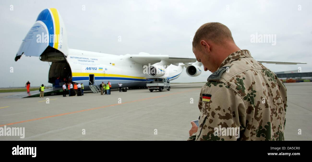 A soldier of the Bundeswehr standsin front of an Antonow 225 plane of 'Antonow Airlines' at airport Halle/Leipzig - Stock Image