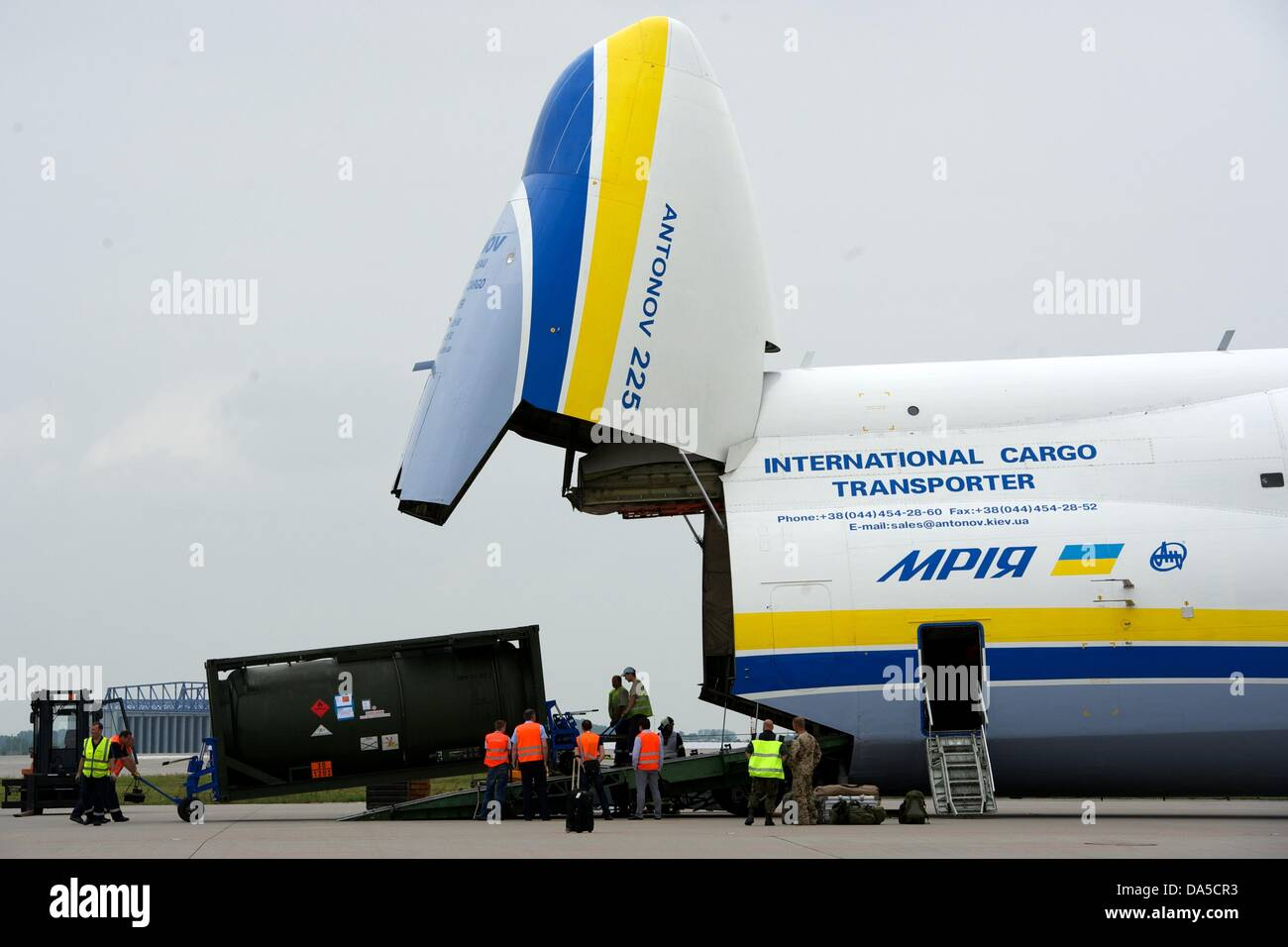 A fuel tank of the German Bundeswehr is unloaded from an Antonow 225 of 'Antonow Airlines' at airport Halle/Leipzig - Stock Image