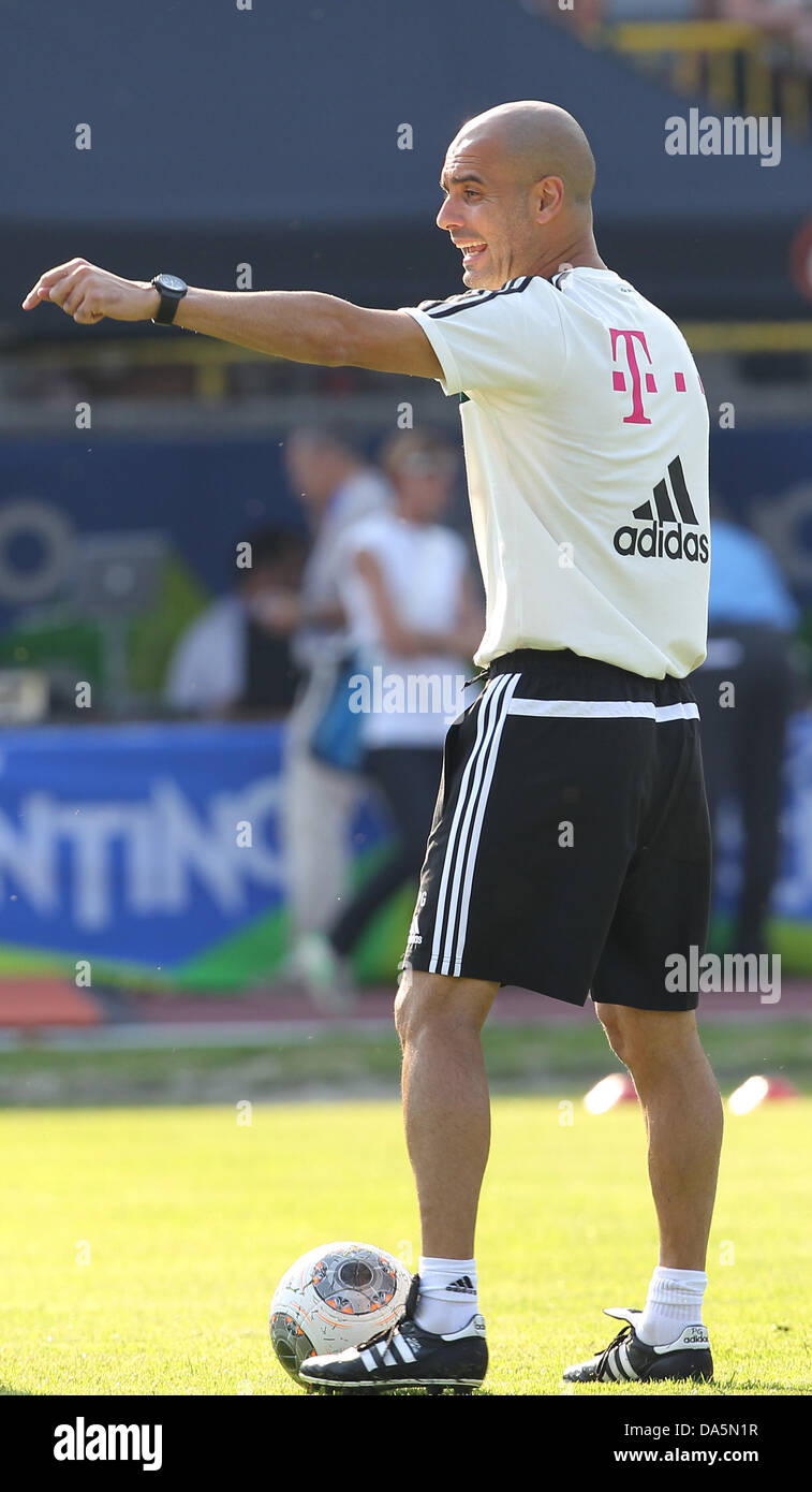 Trainer Pep Guardiola vom Fußball-Bundesligisten FC Bayern München gestikuliert am 04.07.2013 im italienischen - Stock Image