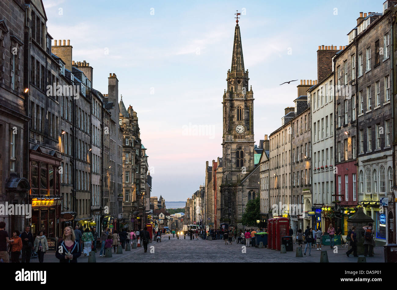 Great Britain, Scotland, Edinburgh, the Royal Mile looking towards Holyrood,with the Tron Kirk bell tower in the - Stock Image