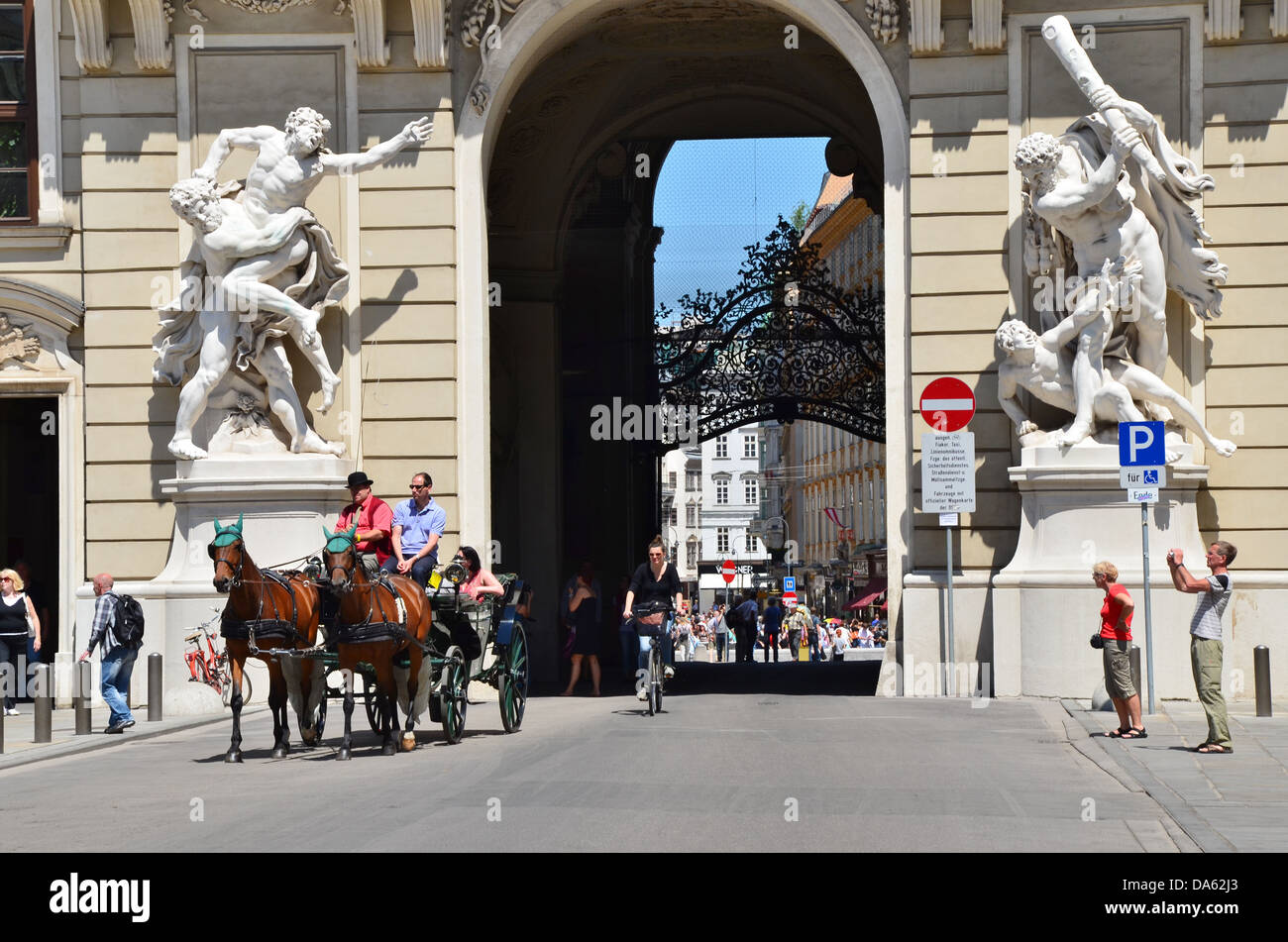 A ride on a Fiaker horse carriage through the Hofburg is a must and one of the great tourist attractions of Vienna. - Stock Image