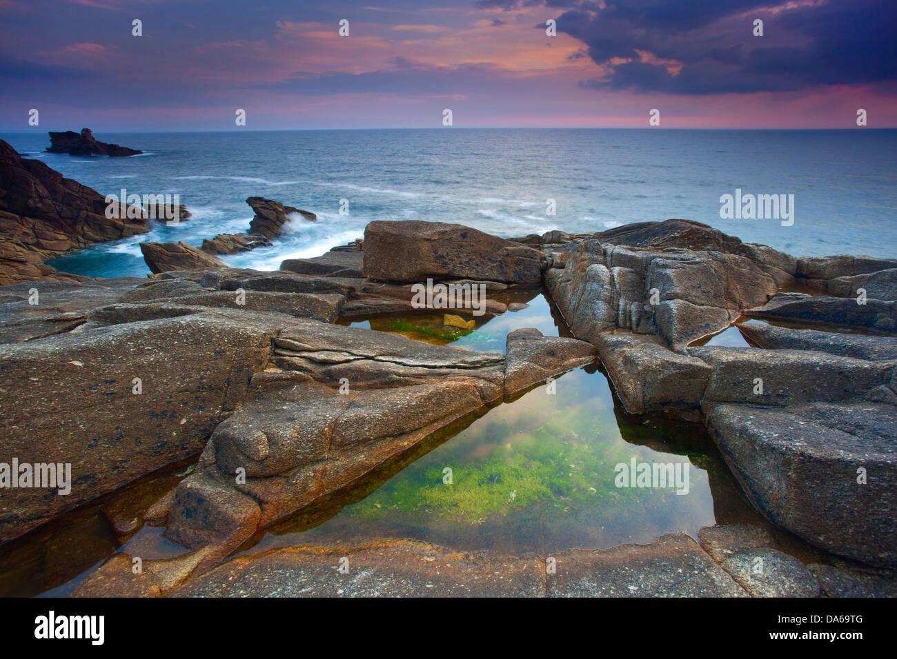 Côte Sauvage, France, Europe, Brittany, department Morbihan, coast, rock, cliff, sea, dusk, algae - Stock Image