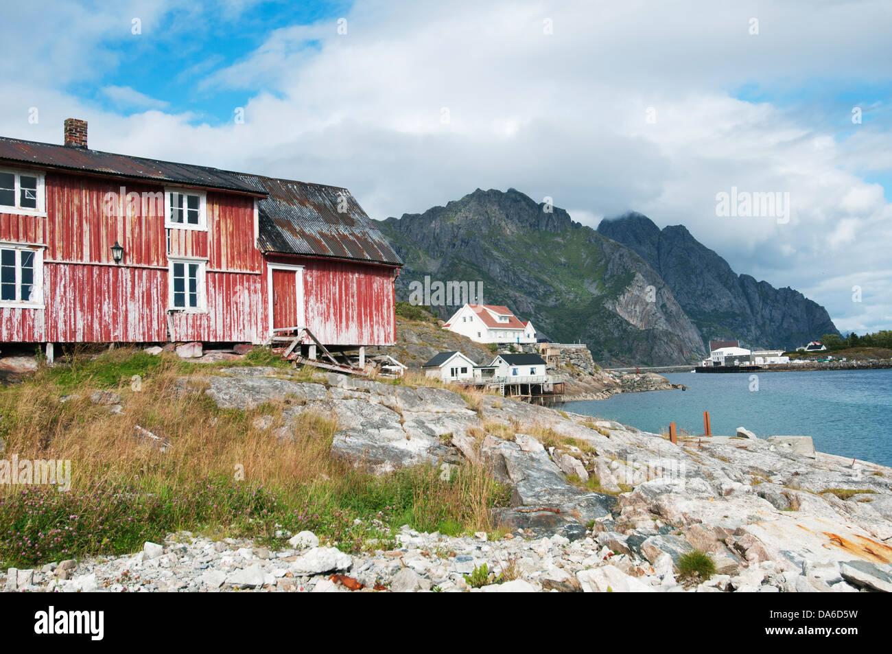 Henningsvaer, Lofoten, Norge, Weathered house on cliff - Stock Image