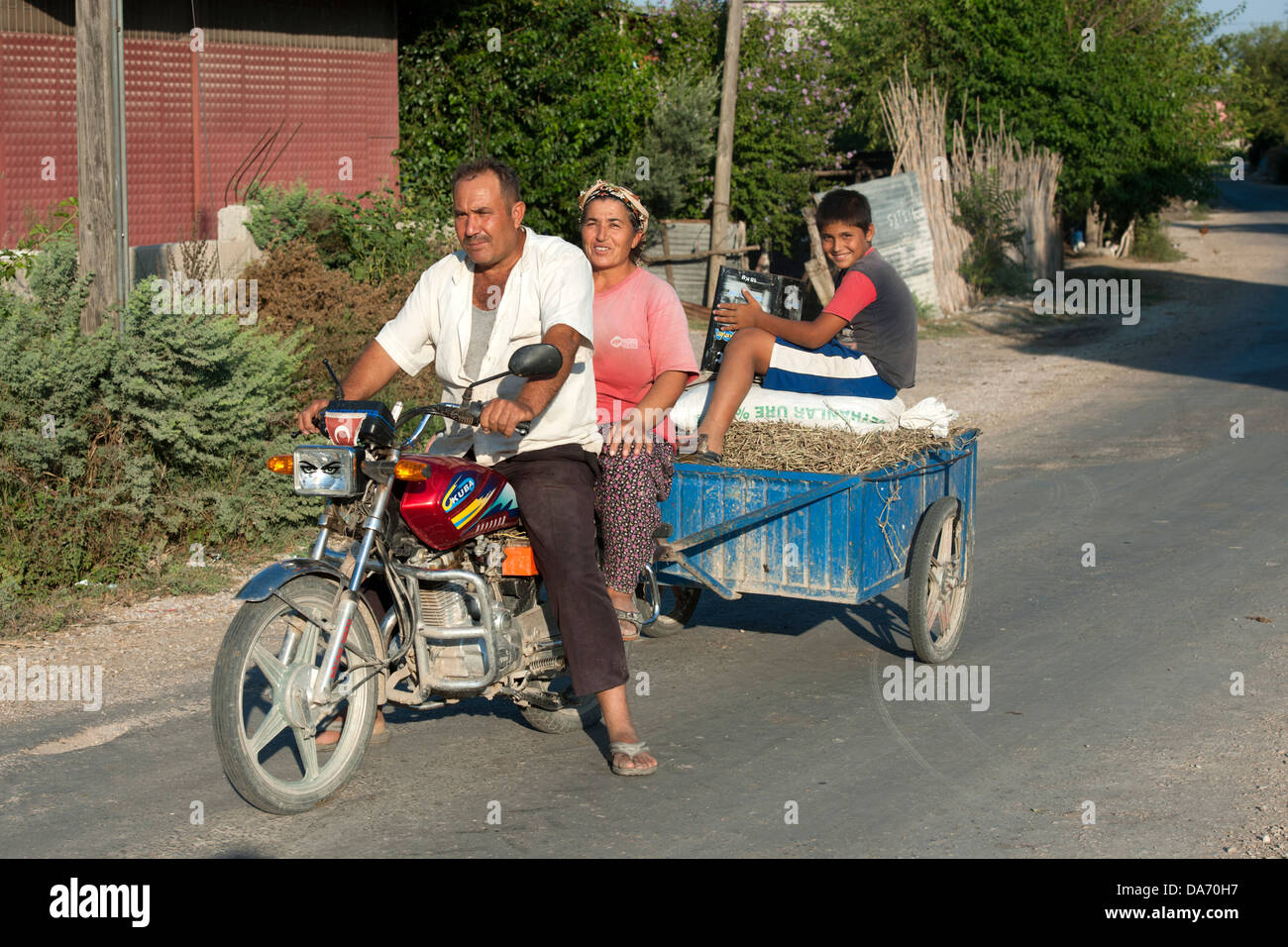 Türkei, Provinz Osmaniye, Familie auf Motorrad - Stock Image
