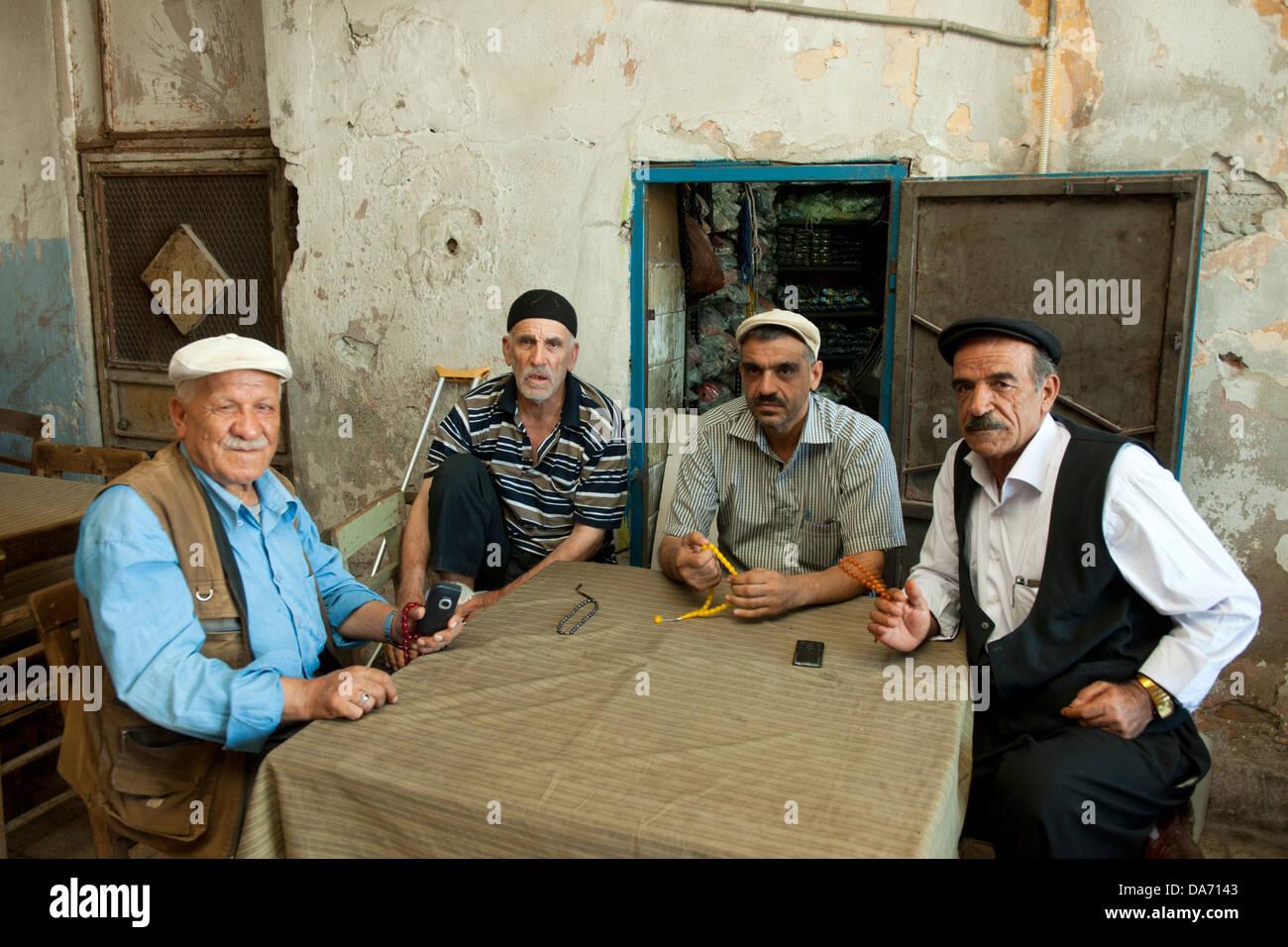 Türkei, Adana, Männer in Kahve im alten Baazar-Viertel beim Uhrturm - Stock Image