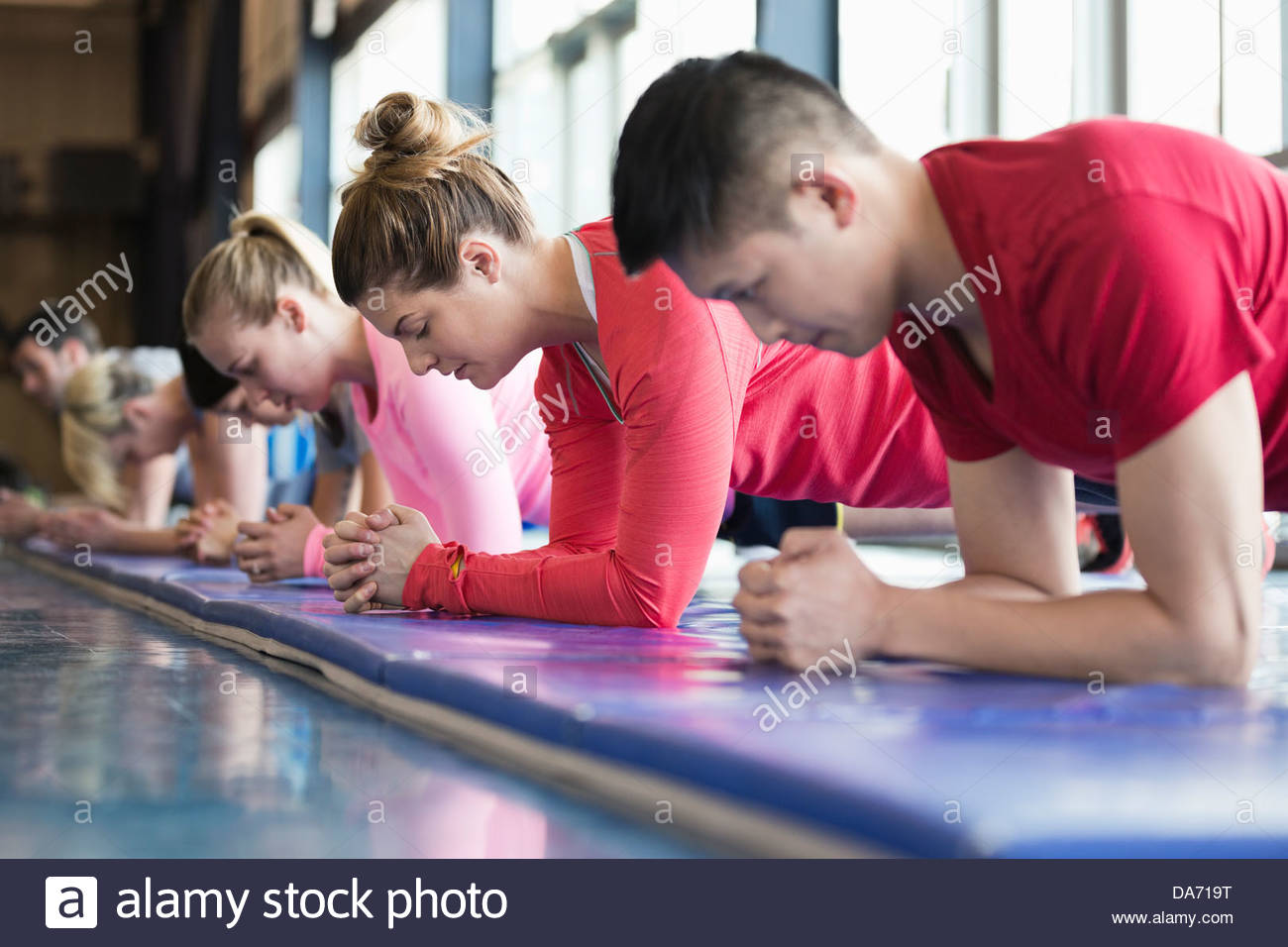 Group of people exercising in fitness class - Stock Image
