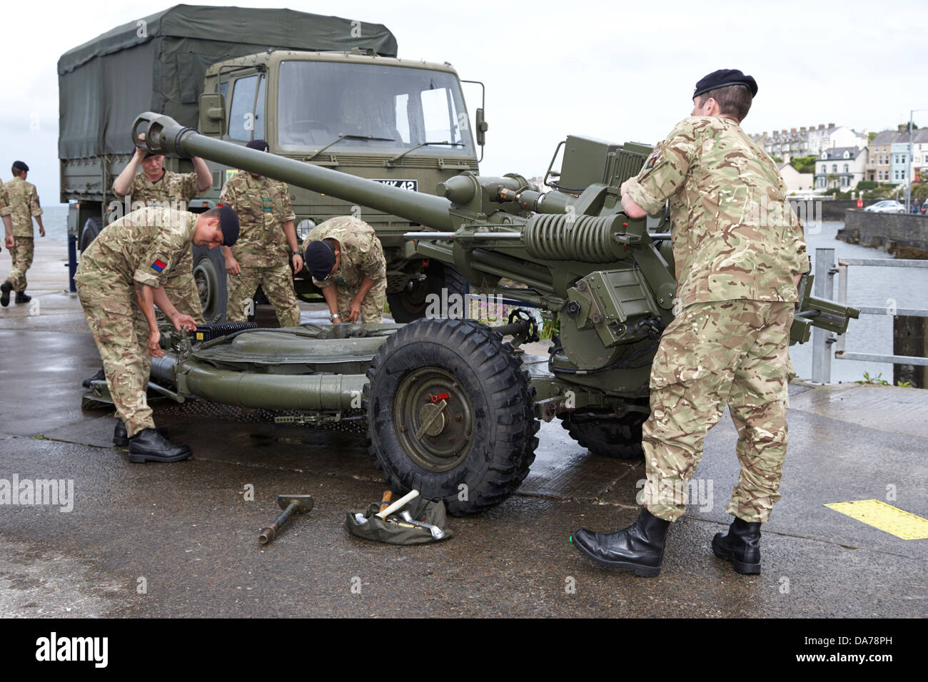 british army territorial army reserves soldiers packing 105mm light gun for transport county down northern ireland - Stock Image