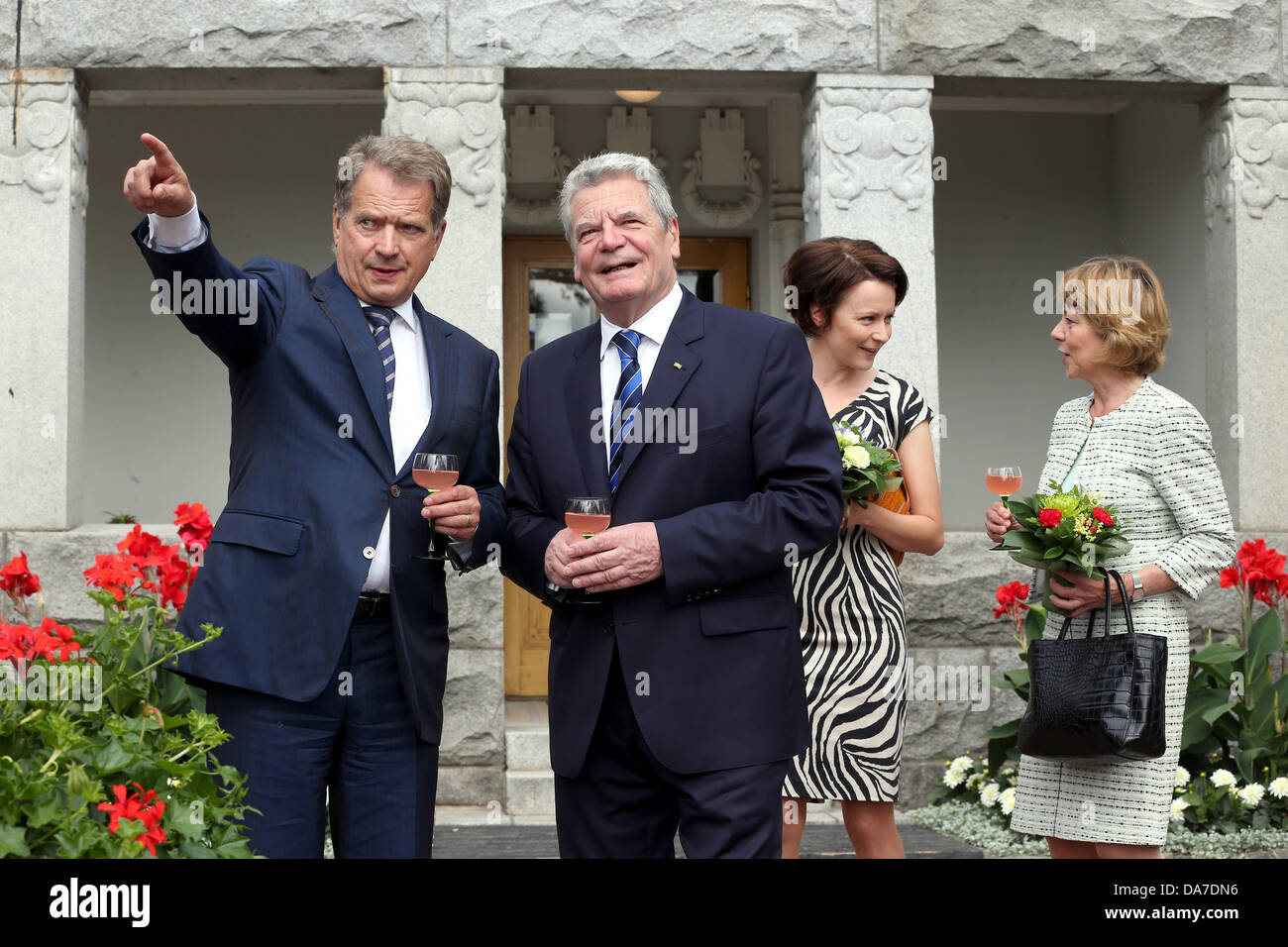 Naantali, Finland. 07th July, 2013. German President Joachim Gauck and his partner Daniela Schadt (R) are welcomed - Stock Image