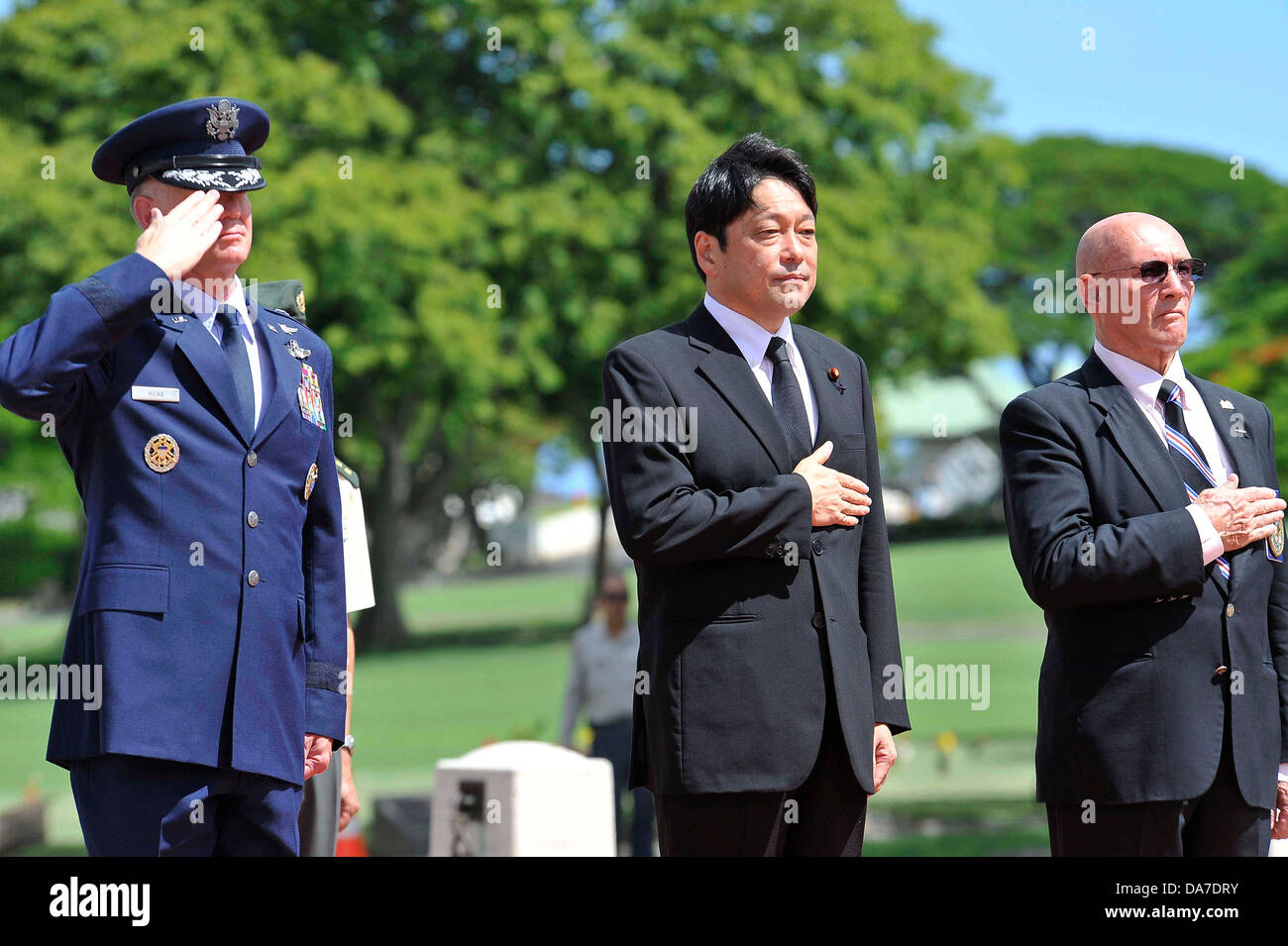 Japanese Minister of Defense Itsunori Onodera, center, Gene Castagnetti, and Brig. Gen. John Hicks stand during - Stock Image