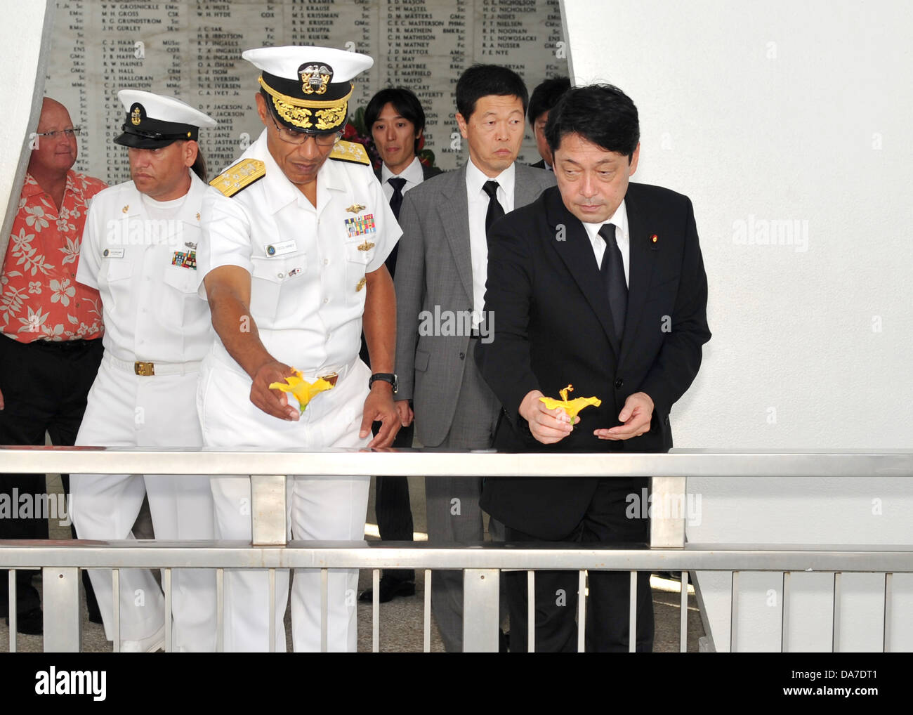 Japanese Minister of Defense Itsunori Onodera and Adm. Cecil Haney, commander of US Pacific Fleet, throw flowers - Stock Image