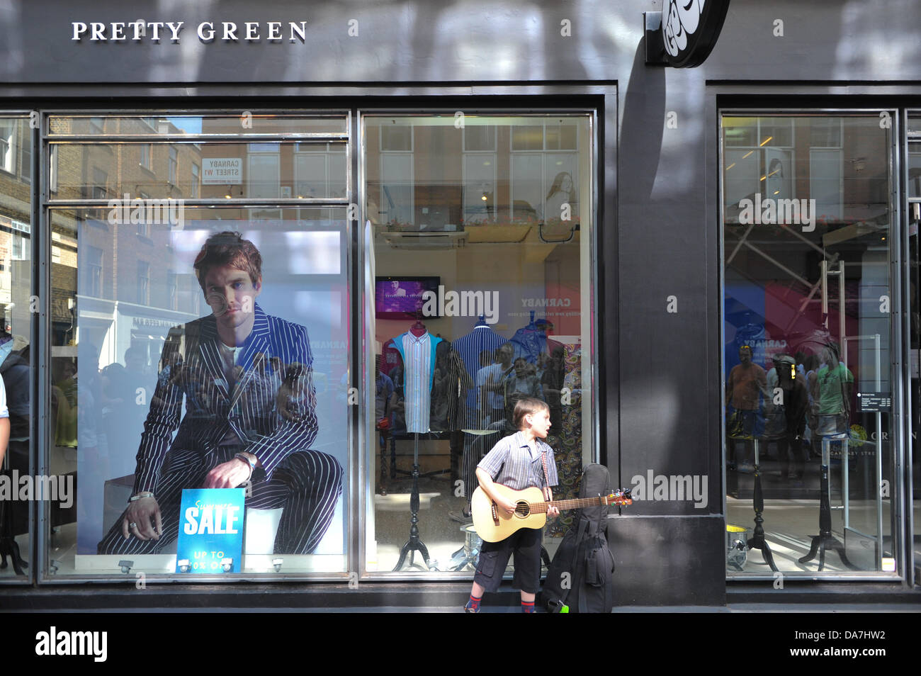 Carnaby Street, London, UK. 6th July 2013. A small busker sings the Who classic 'Pinball Wizard' outside - Stock Image