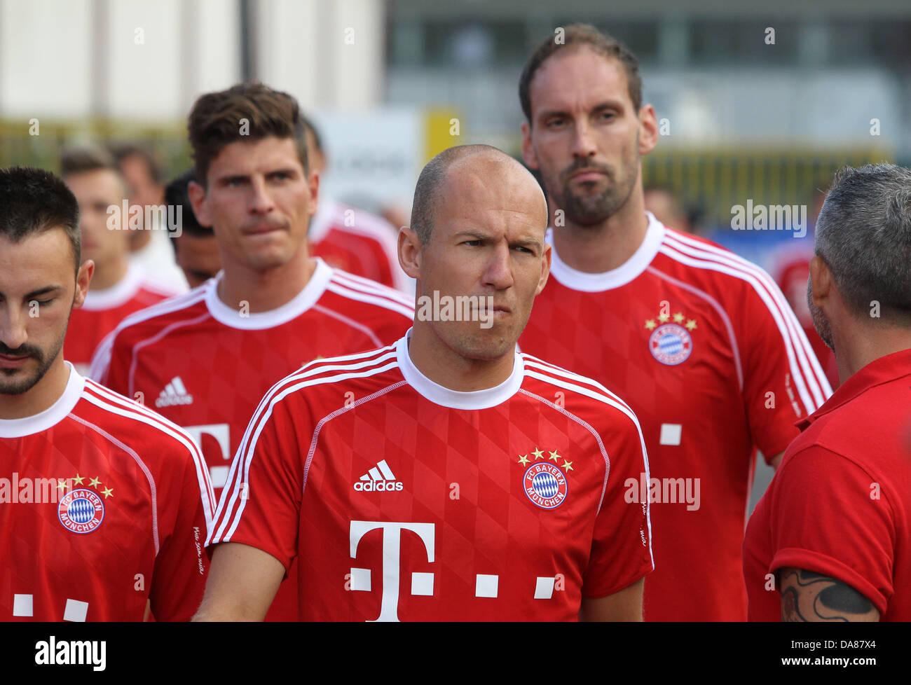 Bayerns Arjen Robben (M) kommt am 06.07.2013 vor Diego Contente (v.l.) Mario Gomez und Tom Starke zum ersten Mal - Stock Image
