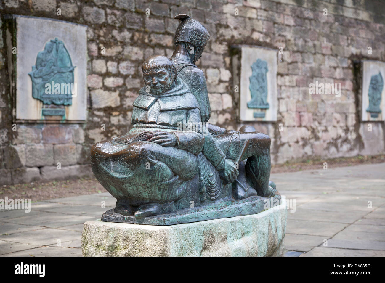 Friar Tuck and Little John statue outside Nottingham Castle, Nottingham, Nottinghamshire, England - Stock Image