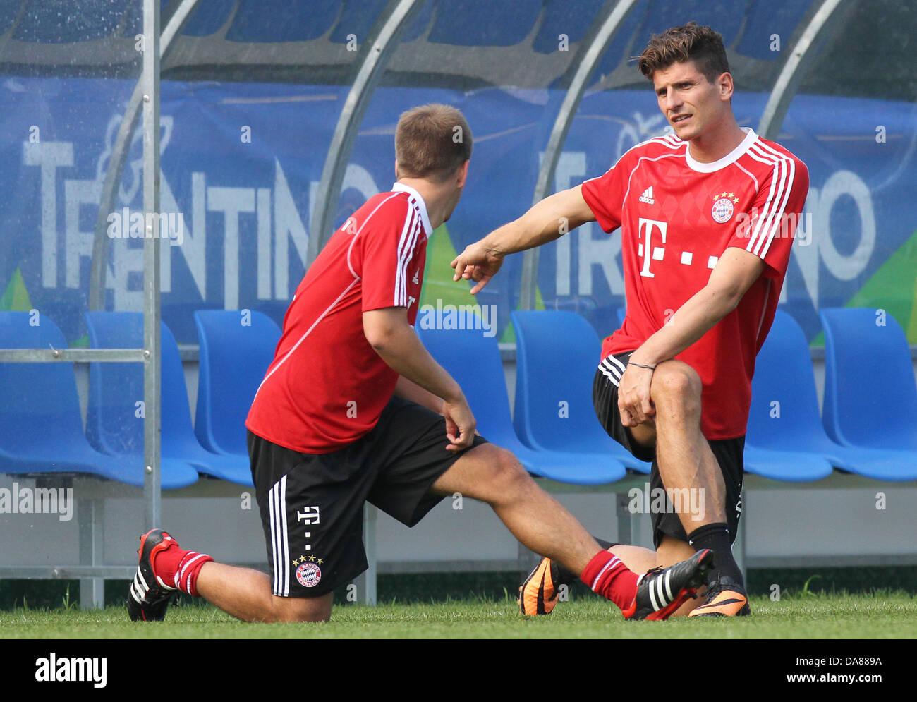 Bayerns Philipp Lahm (l) und Mario Gomez trainieren am 07.07.2013 im italienischen Arco. Der Bundesligist bereitet - Stock Image