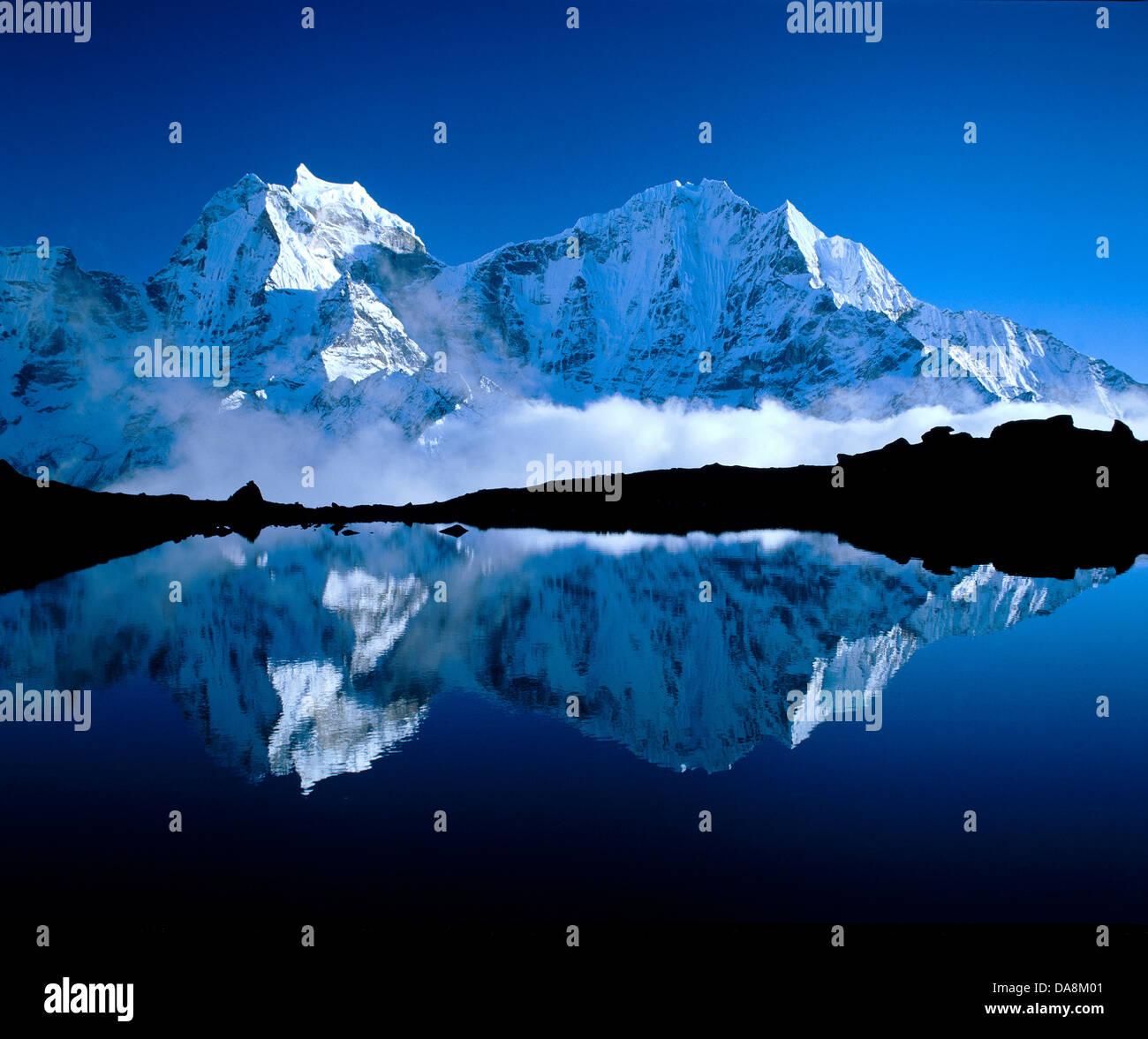 Nepal, Solo Khumbu, Khumbu Himalaya, Khumbu, mountain lake, lake, water, reflection, mountains, glaciers, ice, clouds, - Stock Image