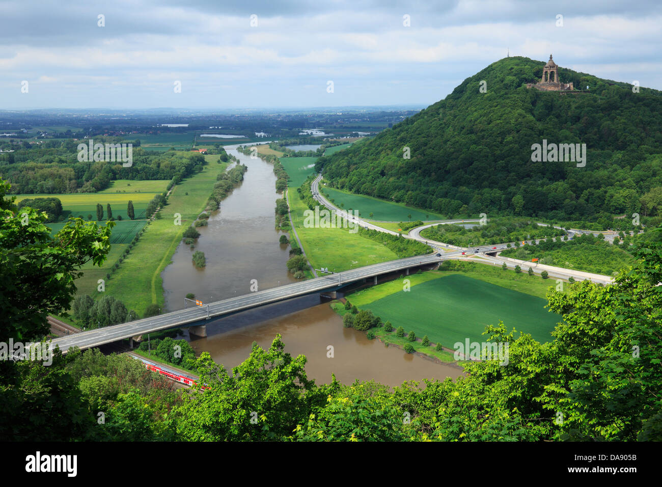 Durchbruchstal der Weser mit Durchbruch von Wiehengebirge und Wesergebirge, Blick ueber die Weserbruecke zum Wittekindsberg - Stock Image