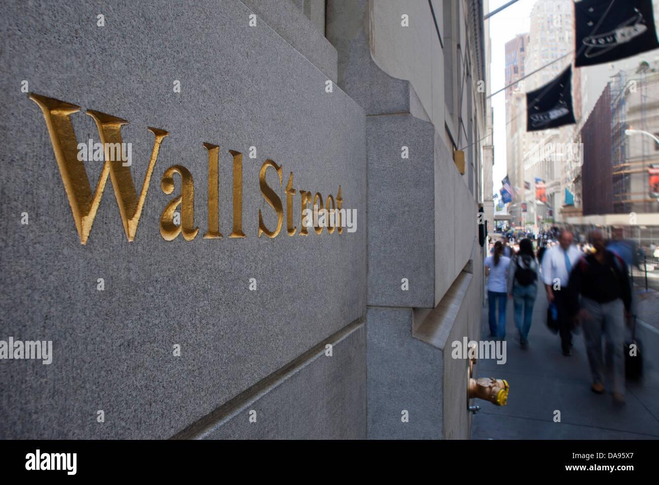 PEOPLE WALKING PAST WALL STREET SIGN DOWNTOWN MANHATTAN NEW YORK USA - Stock Image