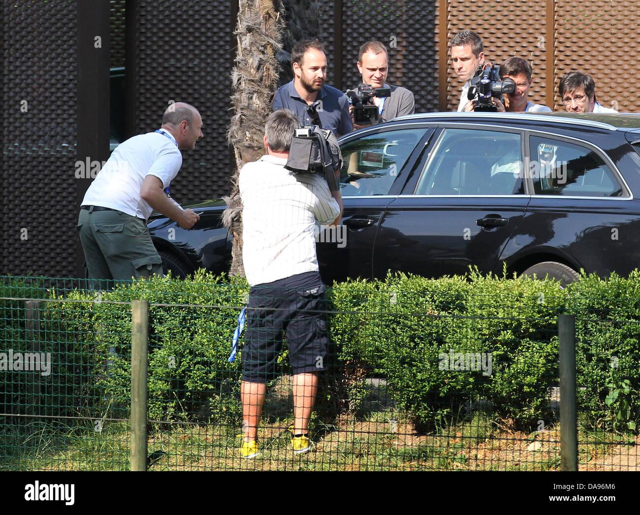 Ein schwarzer Wagen, mit dem Profifußballer Mario Gomez an Bord, verlässt am 08.07.2013 im italienischen - Stock Image