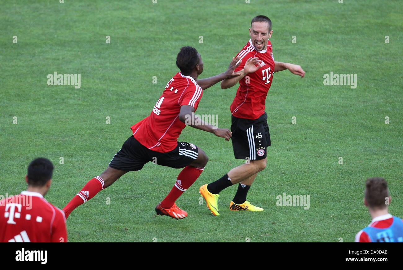 Bayerns David Alaba (l) und Franck Ribery scherzen am 08.07.2013 im italienischen Arco nach dem Training. Der Bundesligist - Stock Image