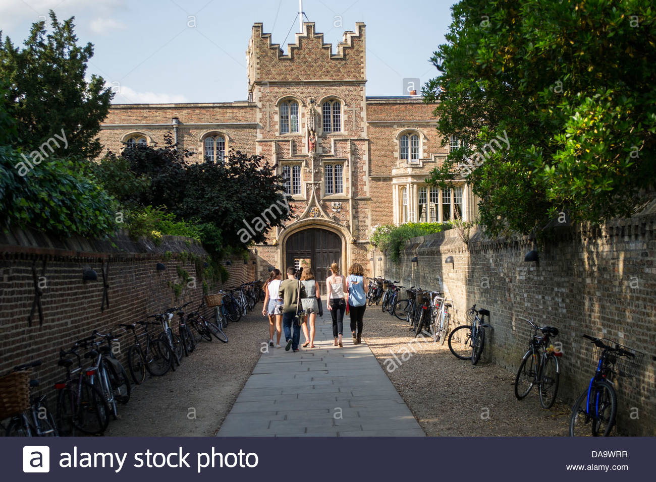 Students walking along 'The Chimney' at Jesus College, Cambridge in the summer sunshine - Stock Image