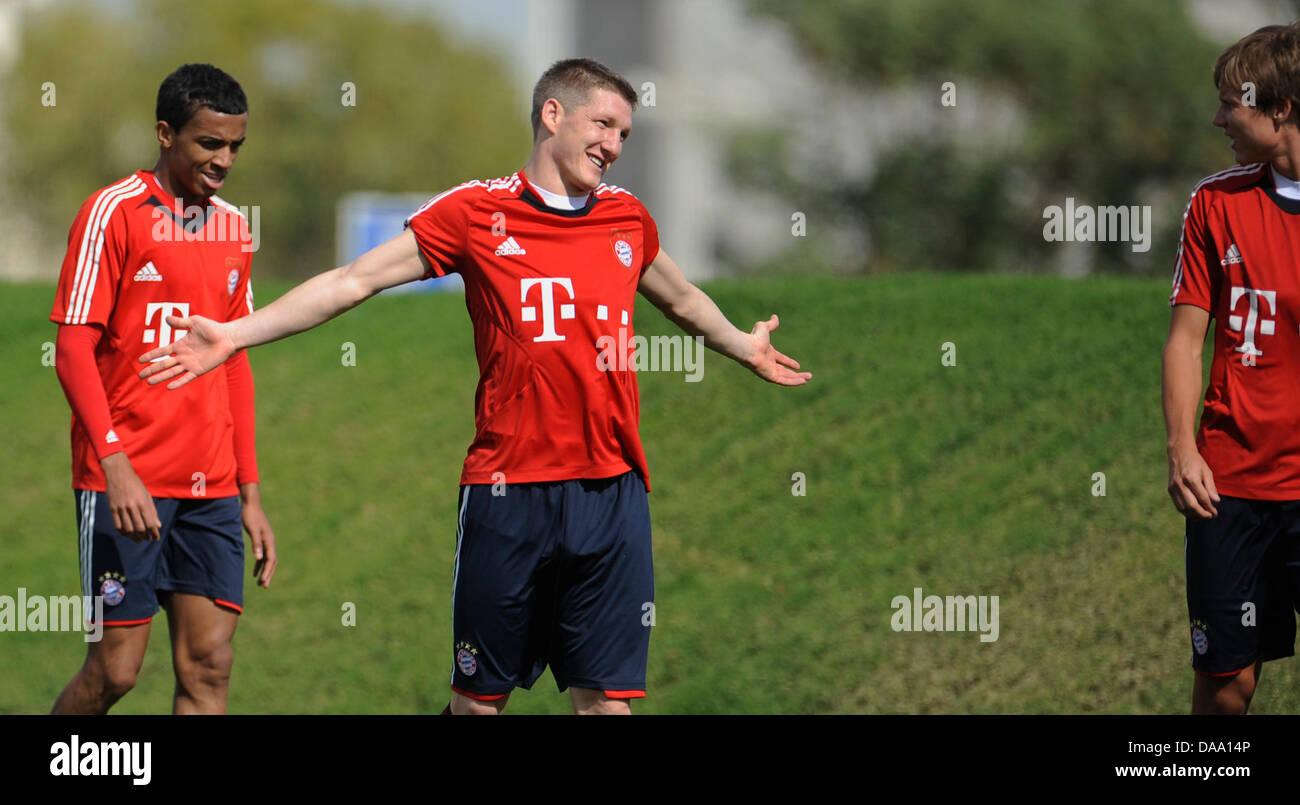 FC Bayern Munich's Luiz Gustavo (L-R), Bastian