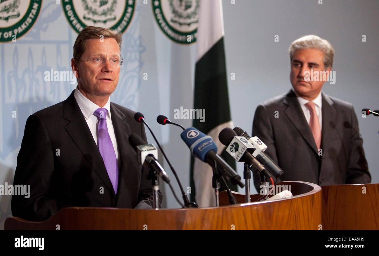 BundesaußenministerGuidoWesterwelle und sein pakistanischer Amtskollege Shah Mehmood Qureshi geben am Samstag Stock Photo