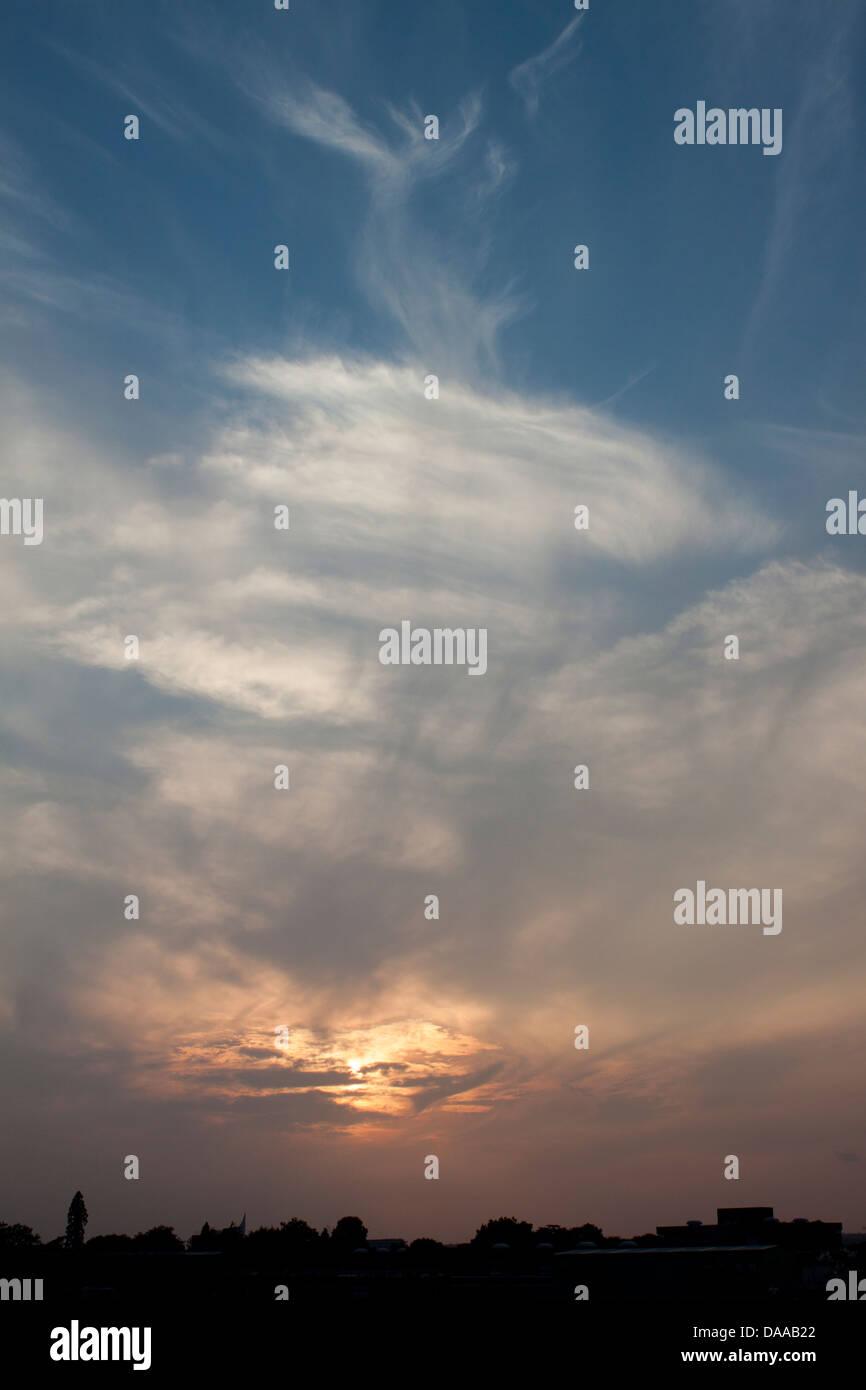 Wispy cloud sunset - Stock Image