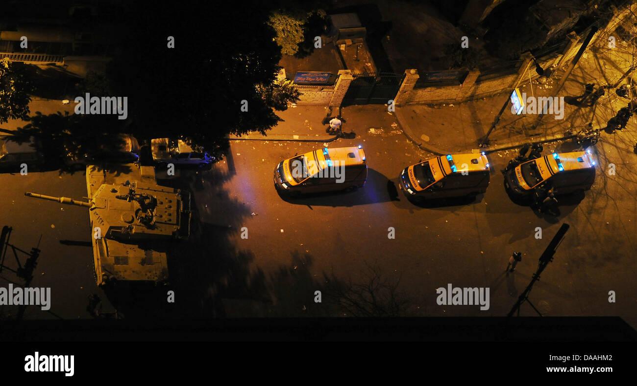 Krankenwagen stehen am Mittwoch (02.02.2011) nahe dem Tahrir-Platz in Kairo hinter einem Panzer. Beim Aufeinandertreffen - Stock Image