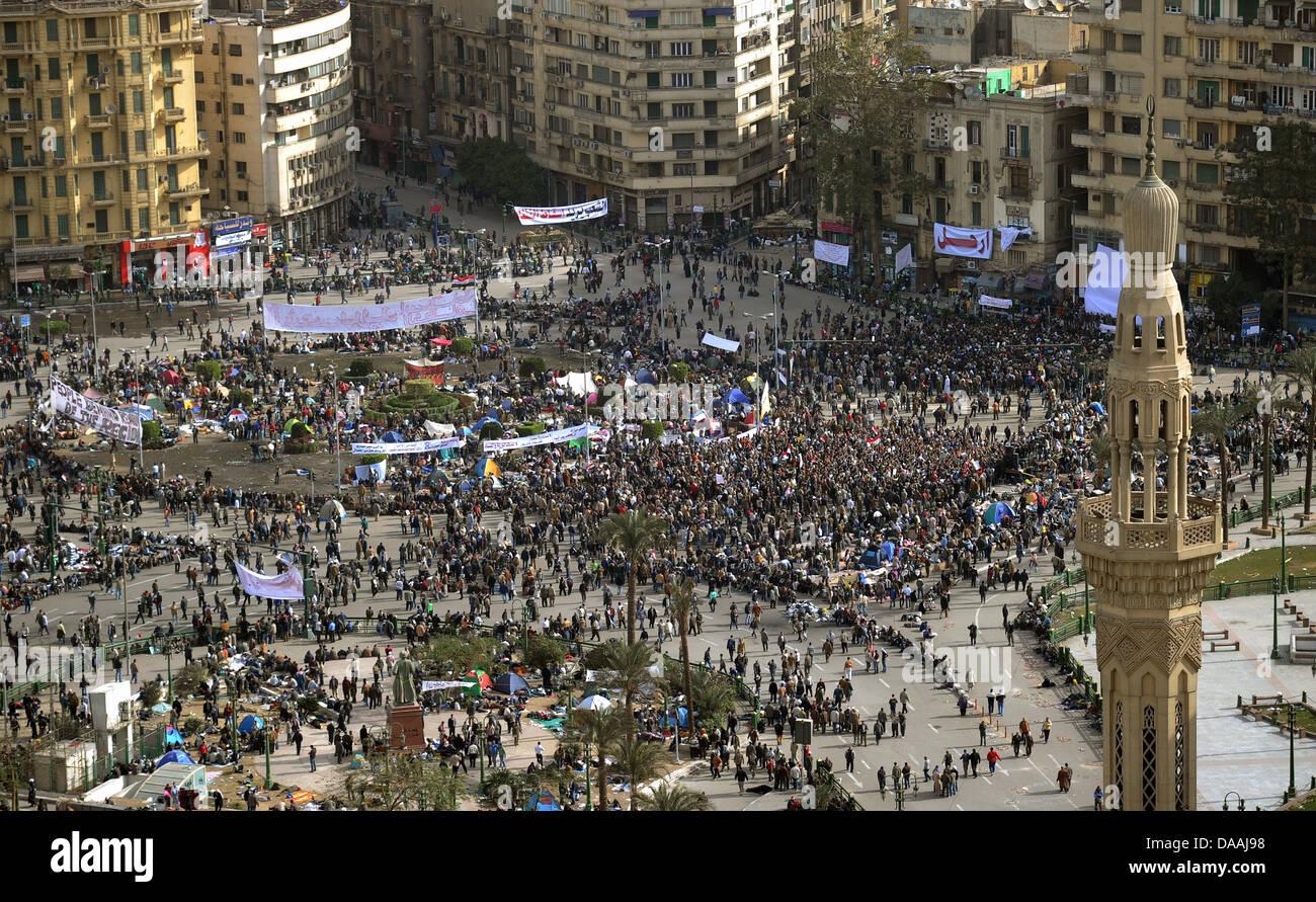 Demonstranten stehen am Freitag (04.02.2011) auf dem Tahrir-Platz in Kairo. Sie bereiten sich auf weitere Massenproteste Stock Photo