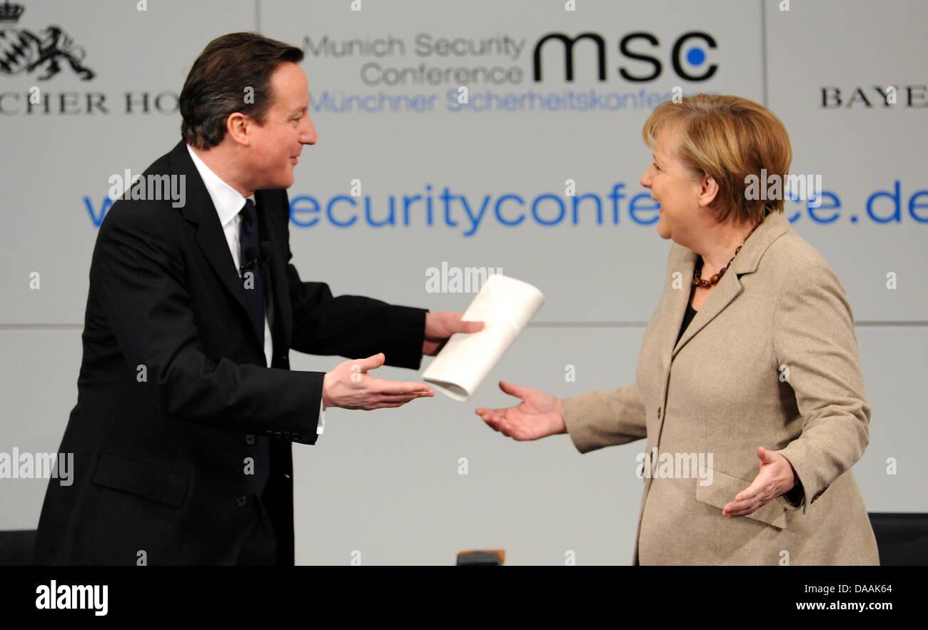 Die deutsche Bundeskanzlerin Angela Merkel (CDU, r) und der britische Premierminister, David Cameron, gestikulieren - Stock Image