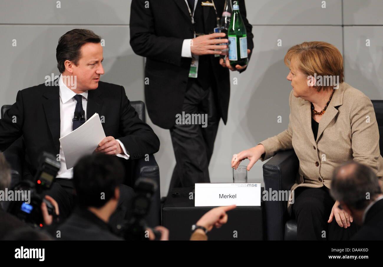 Die deutsche Bundeskanzlerin Angela Merkel (CDU, r) und der britische Premierminister, David Cameron, sitzen am - Stock Image