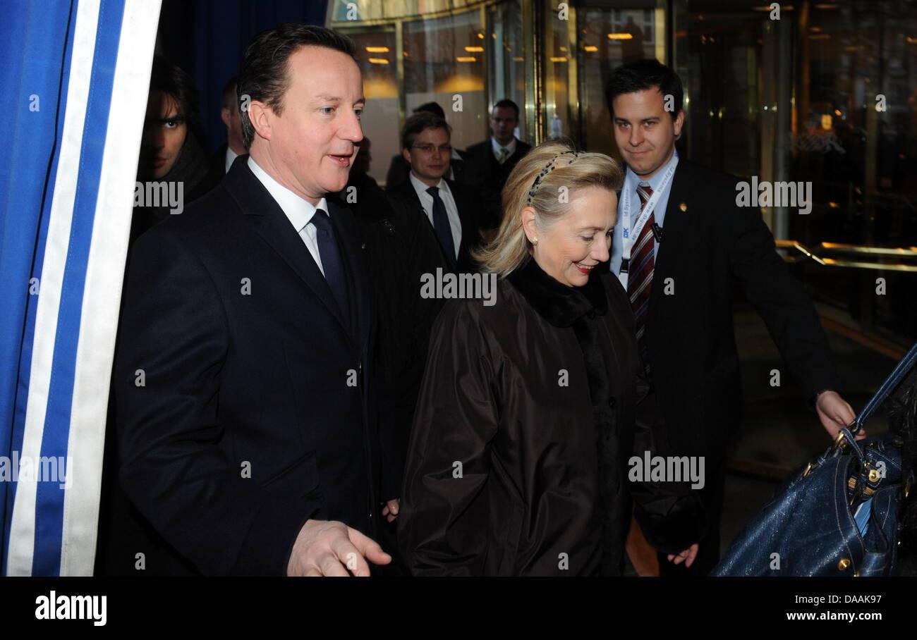 Die US-Außenministerin, Hillary Clinton (r) und der britische Premierminister, David Cameron, kommen am Samstag - Stock Image