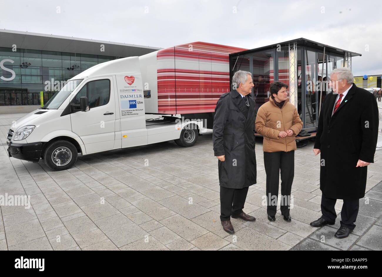 Federal state Baden-Wuerttemberg's Ministrer of Transport Tanja Goenner (C)and spokespersons for heavily - Stock Image