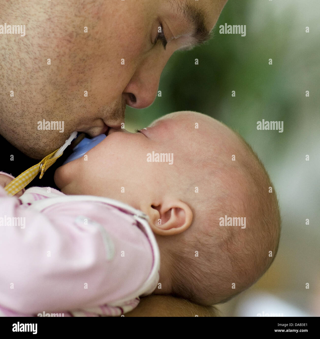 (dpa File) - An archive picture, dated 17 July 2008, shows a father smooching his three-months old baby girl in - Stock Image