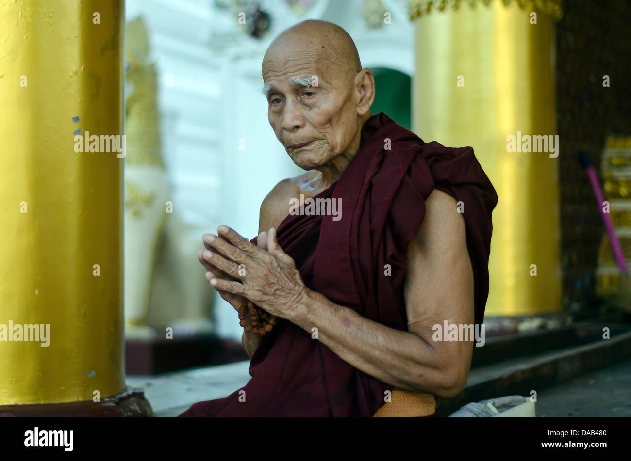 Old monk in the Shwedagon pagoda ,Yangoon - Stock Image