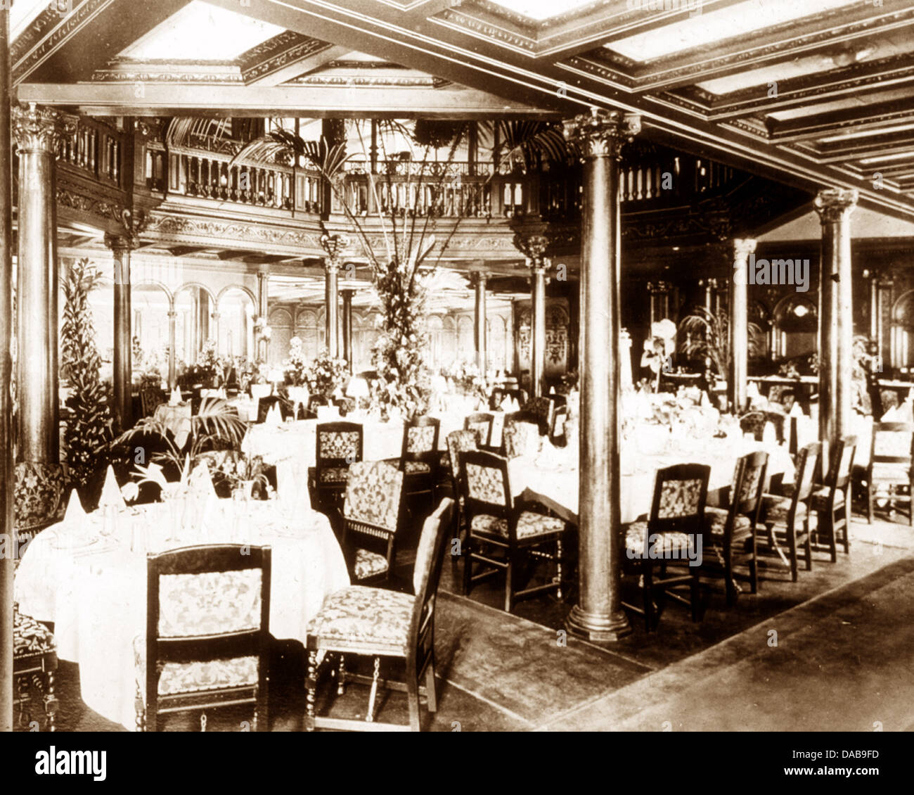 RMS Mauretania First Class Dining Saloon early 1900s - Stock Image