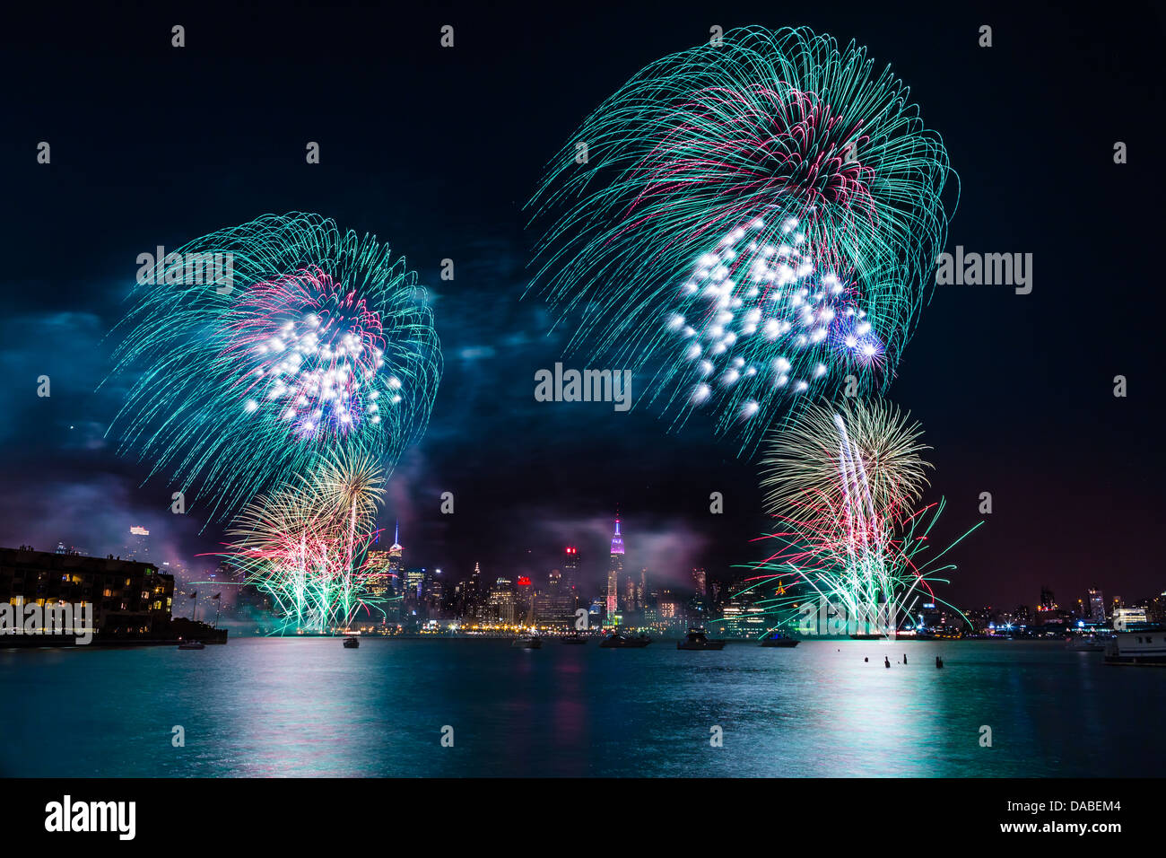 Macy's 4th of July fireworks on the Hudson river with the Manhattan skyline and the Empire State Building in - Stock Image