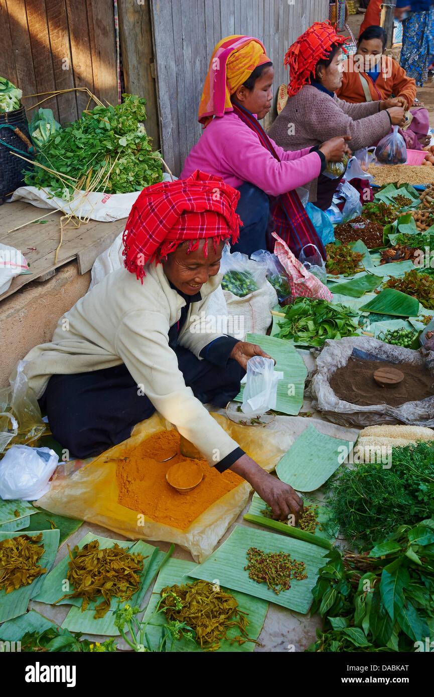 Market day, Paya Phaung Daw Oo, Inle Lake, Shan State, Myanmar (Burma), Asia - Stock Image