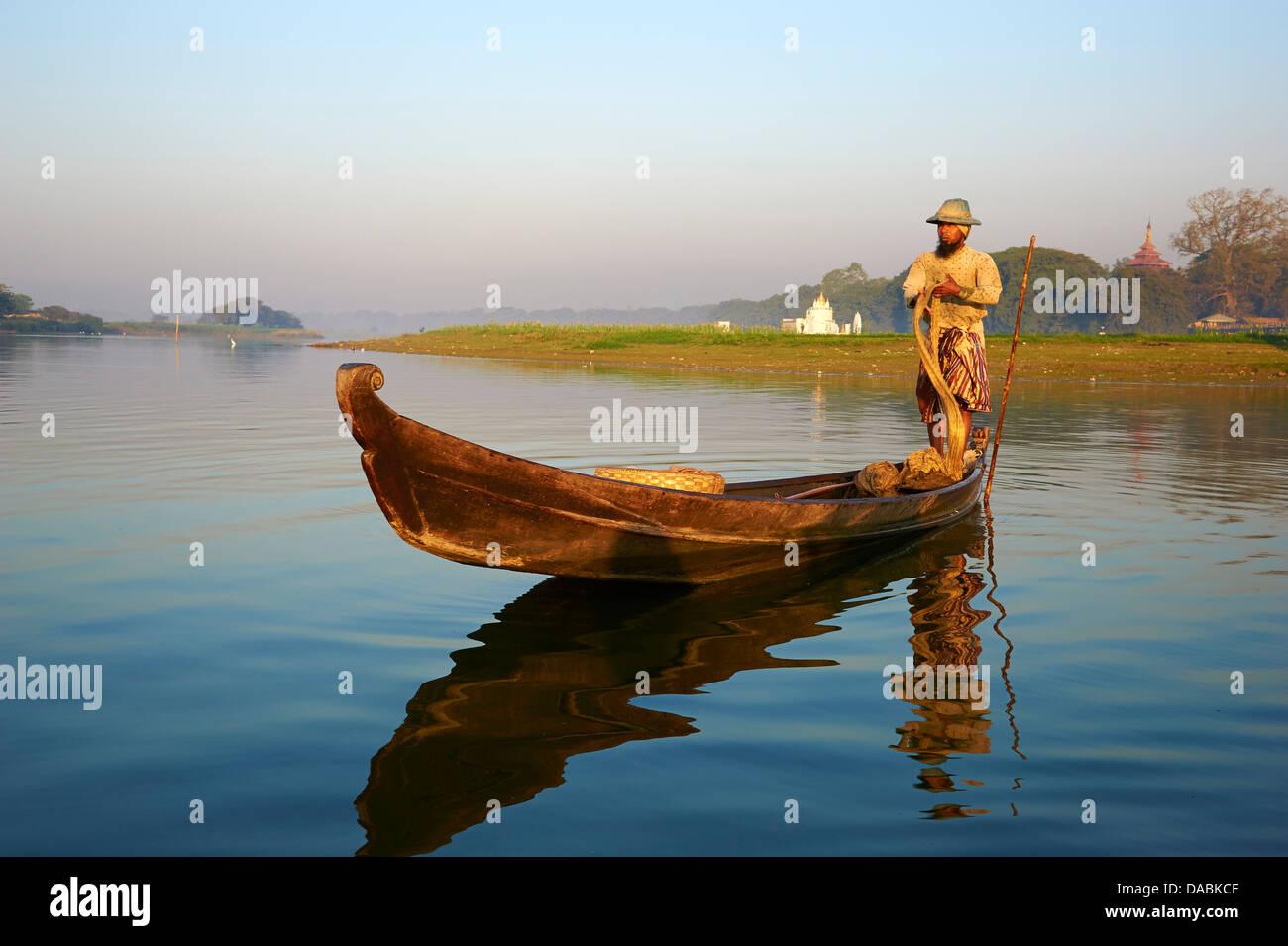 Fisherman on Taung Thama lake, Amarapura, Mandalay, Myanmar (Burma), Asia - Stock Image