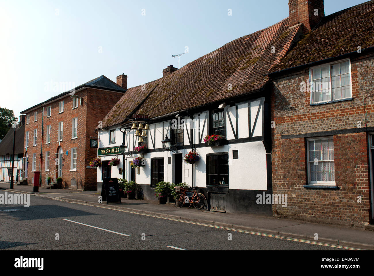 High Street and The Six Bells pub, Thame, Oxfordshire, UK - Stock Image