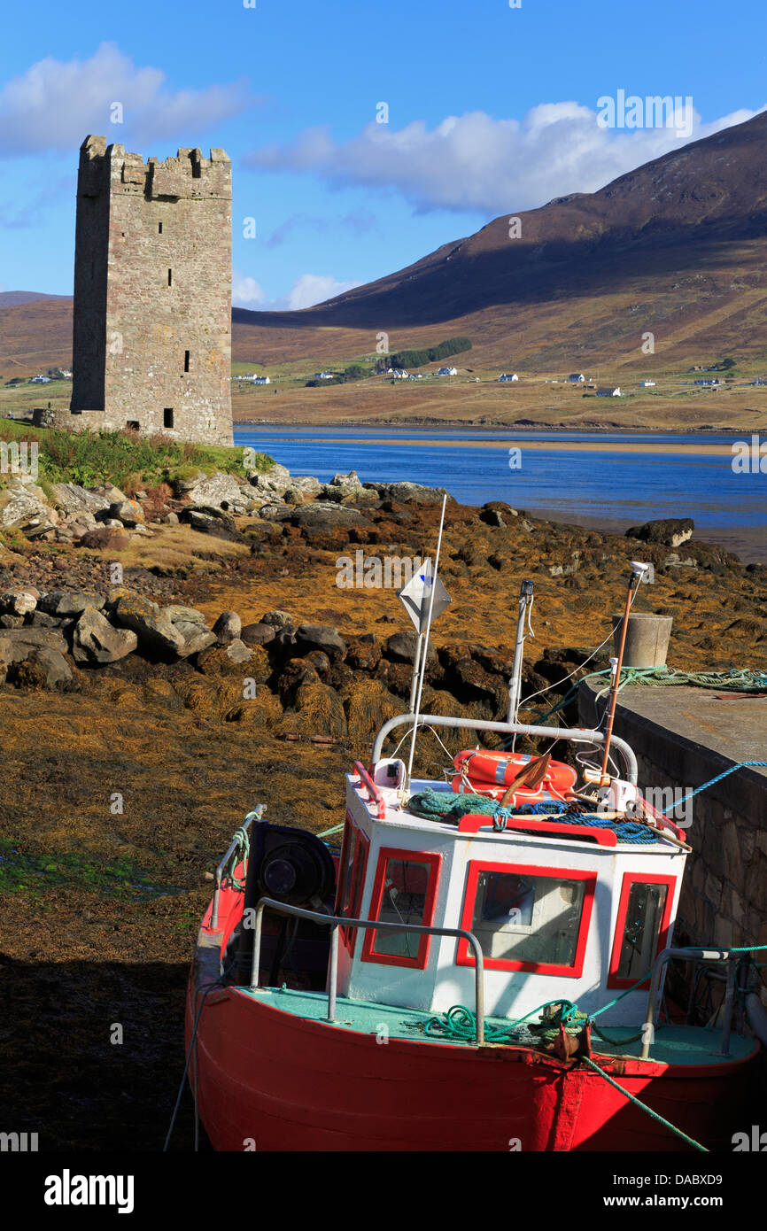 Kildownet Castle and fishing boat on Achill Island, County Mayo, Connaught (Connacht), Republic of Ireland, Europe - Stock Image