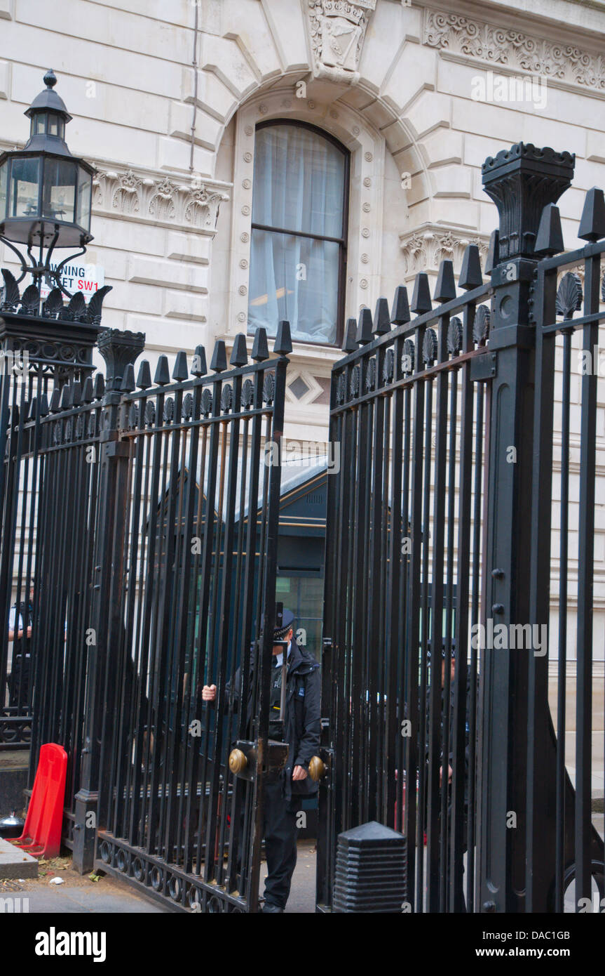 Police closing the gates of 10 Downing Street Prime Ministers residence London England Britain UK Europe - Stock Image
