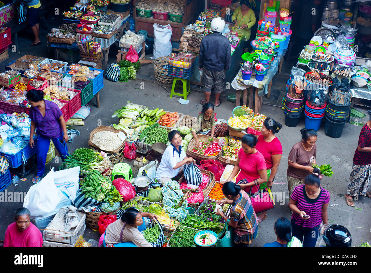 People buying a food at Ubud market in Bali, Indonesia. - Stock Image