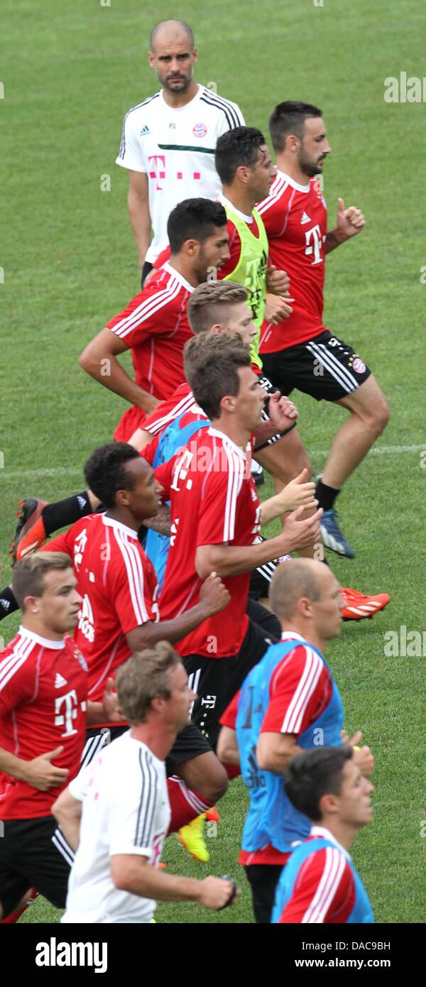 Spieler des FC Bayern München trainieren am 10.07.2013 beobachtet von Trainer Pep Guardiola (oben) im italienischen - Stock Image