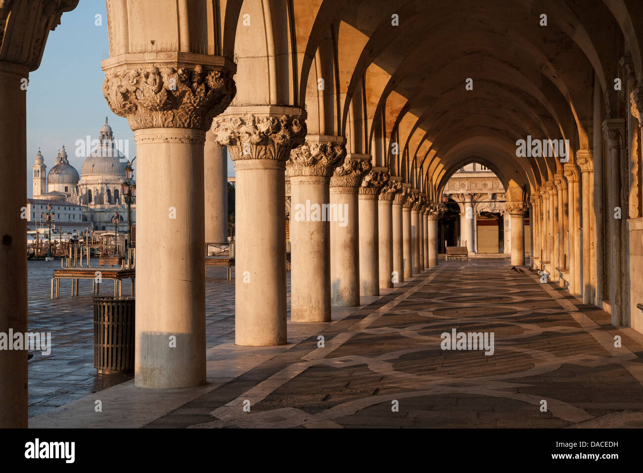 arcades-of-the-doges-palace-at-sunrise-venice-italy-DACEDH.jpg