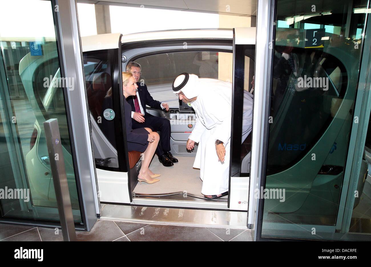 Bundespräsident Christian Wulff und seine Frau Bettina sitzen am Montag (12.12.2011) in Masdar-City in Abu Dhabi Stock Photo